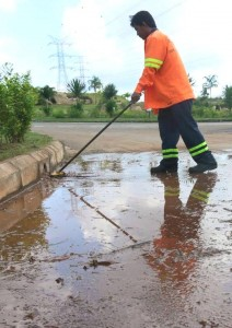 A worker is cleaning up run-off from a nearby bauxite mine in Kuantan. Photo Credit: GERAM via Facebook