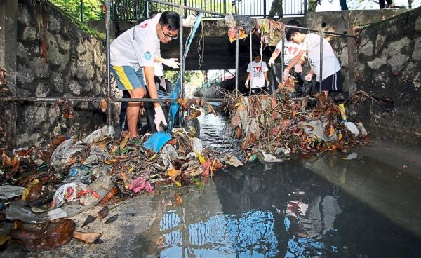 Young Volunteers Clean up a River and Lead the Way in Green Activism