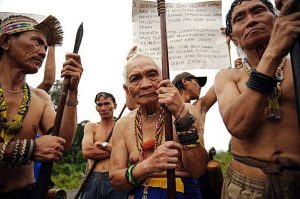 Penan tribesmen protest against deforestation. Photo Credit: via penanofborneo.blogspot.com/