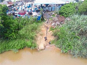 An illegal factory that caused widespread water pollution operates right on the bank of Sungai Semenyih in Selangor. Photo Credit: Star Online