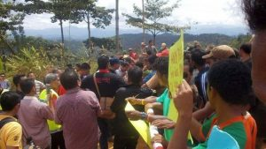 Indigenous activists blockade a road to deny access to loggers. Photo Credit: Mustafa Along via Bernar News