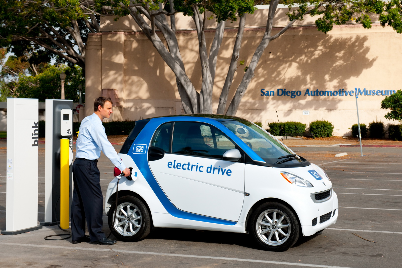 Singapore Adopts Electric Car-Sharing